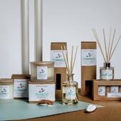 Typickým rysem kolekce NATURE je čistota a svěžest. Svíčky díky přirozenému designu saténových skleněných nádob s dřevěným víčkem, snadno zapadnou do každého interiéru. Svíčky mají bavlněný knot a jsou vyrobeny z kvalitního sójového vosku smíchaného s 8% podílem vonných esencí. Difuzéry obsahují 15 % vonných esencí, jejich flakony jsou vyrobené z odolného skla. Dárková balení jsou vyrobené z ekologicky recyklovatelného papíru. #sojovesvicky #difuzery #svicky #priroda #bavlněnýknot
