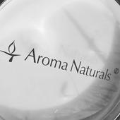 Svíčky jsou chráněné průhledným krytem s nápisem Aroma Naturals proti prachu a pro udržení vůně #sojovesvicky #aromanaturals #svicky #difuzer #elegance #vyber #vune #interier #dekorace #relax #domov #darek #homefragrance #jaro #kveten #plamen