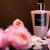 Aroma difuzér s vůní Sametová růže🌹a Oud z kolekce Selection. Do skleněné sametově růžové vázy s 15% vonnou esencí (200 ml), stačí vložit tyčinky a vůně se začne uvolňovat do prostoru po dobu až 20 týdnů. Elegantní květinová vůně v kombinaci s dřevitými tóny vám vykouzlí příjemnou domácí atmosféru za každého počasí #aromanaturals #svicky #difuzer #elegance #vyber #vune #interier #ruze #oud#dekorace #relax #darek #homefragrance