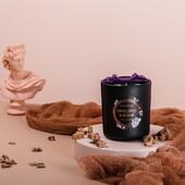 Vonná sójová svíčka - Santalové dřevo a jasmín z kolekce NOIR - Orientální vůně dřevitých tónů santalového dřeva a smyslného jasmínu. #svicka #sojovasvicka #vune#aromanaturals #relax #darek #homefragrance #interier #dekorace #domov #santalovedrevo #jasmin #fialova #masle #květiny