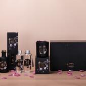 Kolekce NOIR je luxusní a tajemná. Dominantní černá barva doplněná o jemně purpurově-bílé květy, dodává této kolekci eleganci se špetkou tajemna a očekávání, co se v ní skrývá. Svíčky jsou vyrobeny z kvalitního sójového vosku s vysokým podílem vonných esencí (8 %) s bavlněným knotem.  Svíčky i difuséry jsou elegantním designu matně černých skleněných nádob se zlatými akcenty a květinovými ornamenty. Produkty jsou balené v luxusních dárkových krabičkách, které potěší ty, kteří mají rádi luxus a eleganci v jednoduché formě. #svicky #sojovesvicky #difuzer #vune #elegance #jednoduchost #cerna #kvetiny