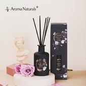 Parfémovaný difuzér Sametová růže a Oud z kolekce NOIR. Provoní Váš interiér příjemnou vůní růže v kombinaci s jemnymi dřevitými tóny #difuzery #difuzer #aromanaturals #aromaterapie #cerna #krabicka #baleni #darek #interier #domov #vune #tycinky #vonne #ruze #oud #drevo #noir #masle #fialova #elegance #kvetiny