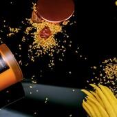 Vonná svíčka Vonokvětka & Jantar z kolekce SELECTION je vyráběna z kvalitního sójového vosku s bavlněným knotem. Obsahují 8 % vonných esencí. Moderní a jednoduchý styl je podtržen saténovými nádobami, v oranžovém provedení ze skla s bronzovým víčkem.  Hlava: bergamot, citron, jablko, broskev, lístky fialky  Srdce: čínská vonokvětka, fialka, růže  Základ: saltalové dřevo, jantar, pižmo  #svicka #sojovesvicky #vune #elegance #vonokvetka #jantar #darek
