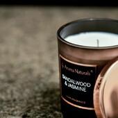 Vonná svíčka Santalové dřevo & Jasmín z kolekce SELECTION je vyráběna z kvalitního sójového vosku s bavlněným knotem. Obsahují 8 % vonných esencí. Moderní a jednoduchý styl je podtržen saténovými nádobami, v černém provedení ze skla s bronzovým víčkem.   Hlava: koření, pomerančový květ  Srdce: pravý jasmín  Základ: santalové dřevo, pižmo, cedr  #svicky #sojovesvicky #vune #elegance #santalovedrevo #jasmin #aromanaturals  #aromanatural